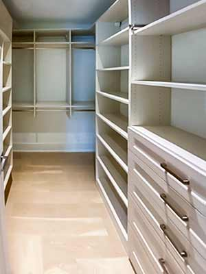 Walk-in closet design for narrow space