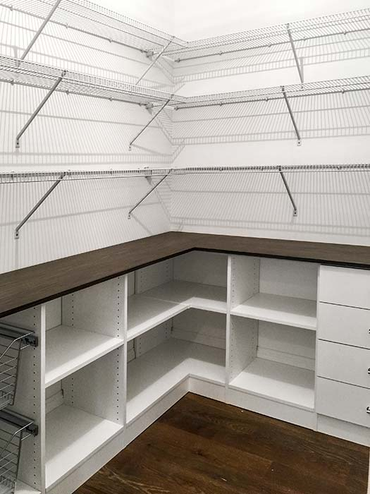 walk in closet with wire shelving